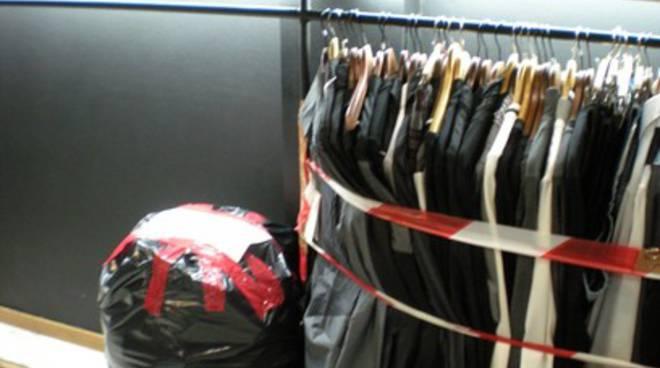 Dogana L'Aquila sequestra 40 mila capi abbigliamento cinesi