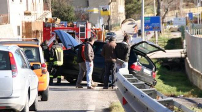 Incidente tra Suv, Bmw in bilico sulla scarpata