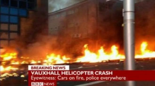 Londra, elicottero cade in centro