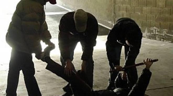 Sulmona: in tre picchiarono un uomo: tutti identificati