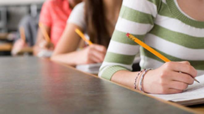 Liceo Cotugno, segreteria aperta per iscrizioni on line