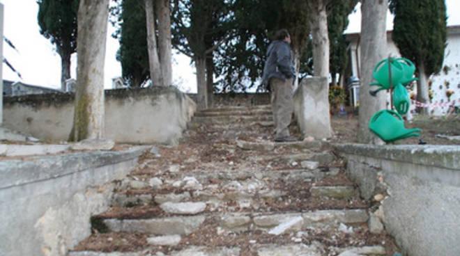 «Cimiteri maltrattati e strade impercorribili»