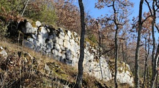 Ripulitura dei monumenti ad Alba Fucens