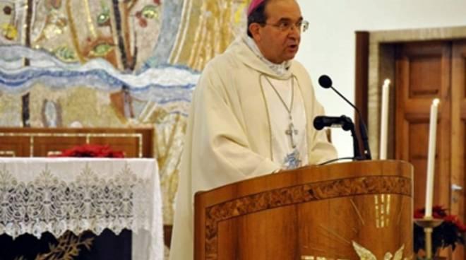 Papa Francesco dona Pallio a Petrocchi