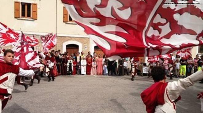 Sbandieratori aquilani a Castel del Monte [FOTO]