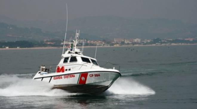 Vento li scaraventa in mare, soccorsi dalla Guardia costiera