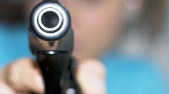 Famiglia minacciata con colpi di pistola