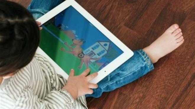 Bambini dipendenti dal tablet