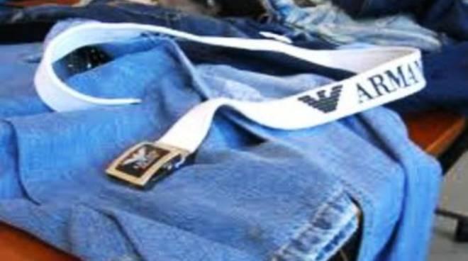 Jeans falsi al posto delle armi