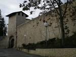 L'Aquila, nuova tegola sulle antiche mura