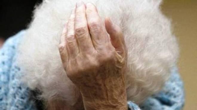 Madre superiora raggira un'anziana ricoverata