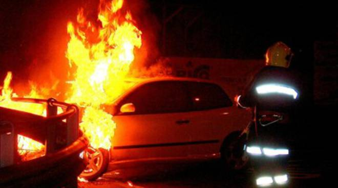 Donna avvolta da fiamme, salvata