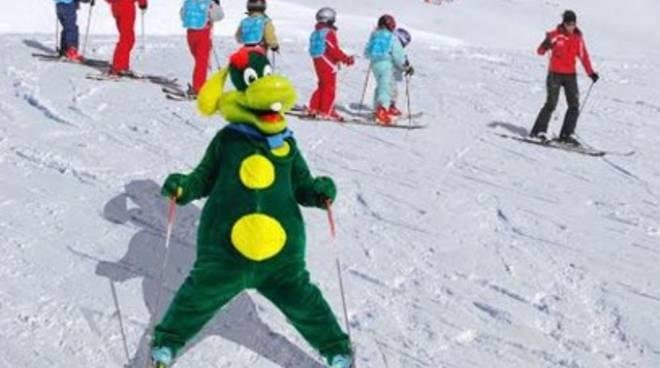 La mascotte di Gardaland scia a Rocca di Cambio