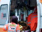 Finisce contro albero per evitare ciclisti, 25enne ferito