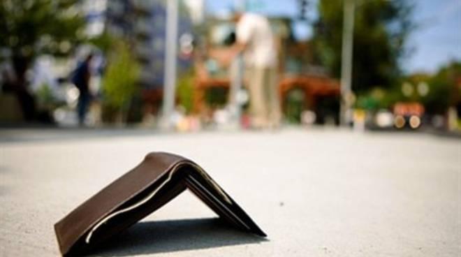 Gesti di ordinaria cortesia: restituisce portafogli