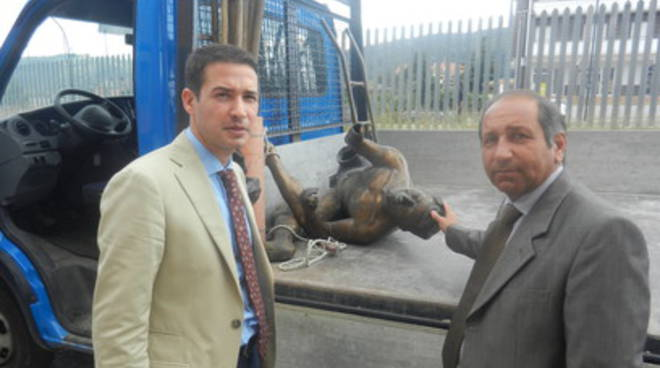 La statua del camoscio d'Abruzzo torna a casa
