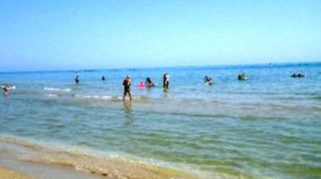 San Salvo, bimbo di 3 anni annega in mare
