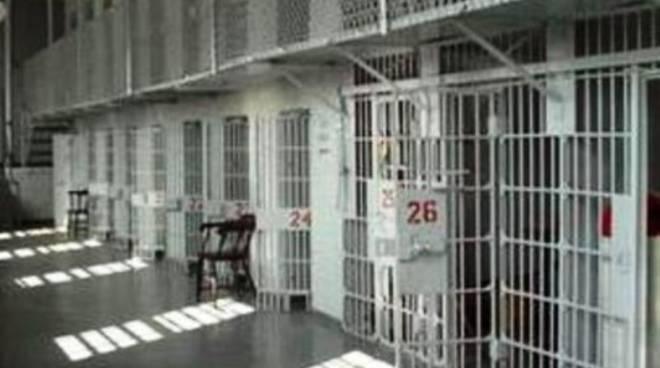 Sulmona nel caos, carcerato aggredisce medico e agente