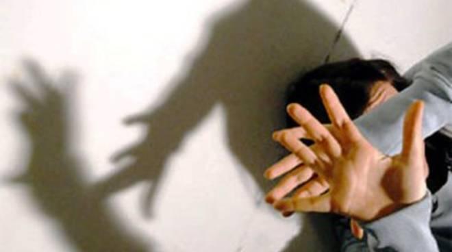Genova,droga figlia la 17enne poi il patrigno ne abusa