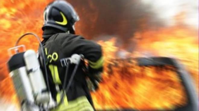 Due auto a fuoco all'alba a Pescara