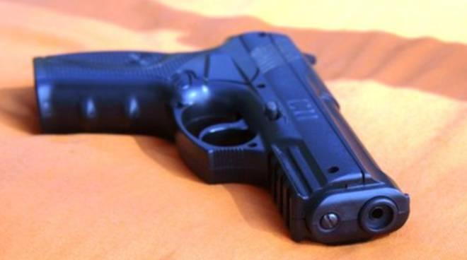 Pescara, pistola carica abbandonata