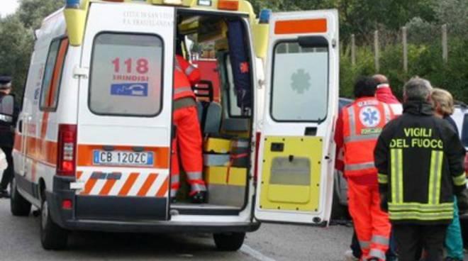 Auto contro bus, muore operaio