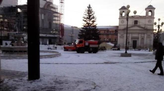 L'Aquila, centro storico liberato dalla neve