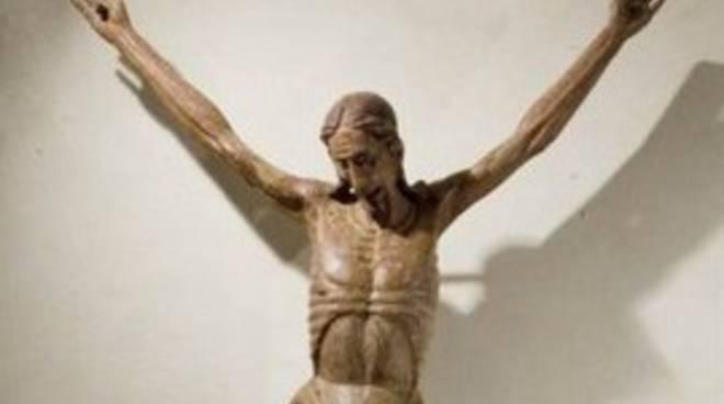 Statua del Cristo si stacca dalla Croce