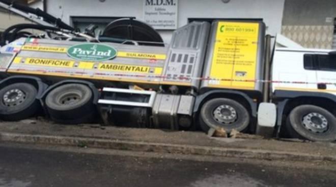 Pescara, camion 'sprofonda' in marciapiede