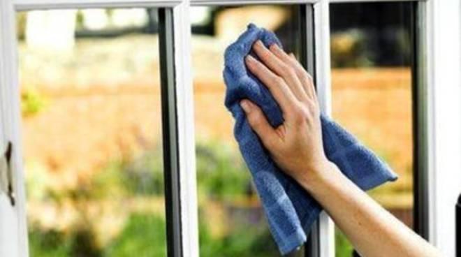 Cade acqua dalla finestra e scoppia la rissa
