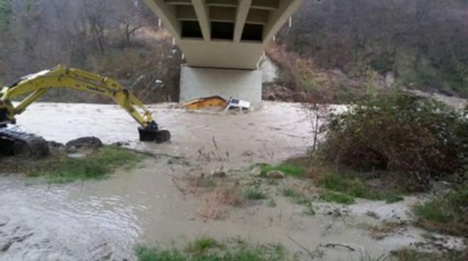 Escavatore travolto da fiume, salvo operaio