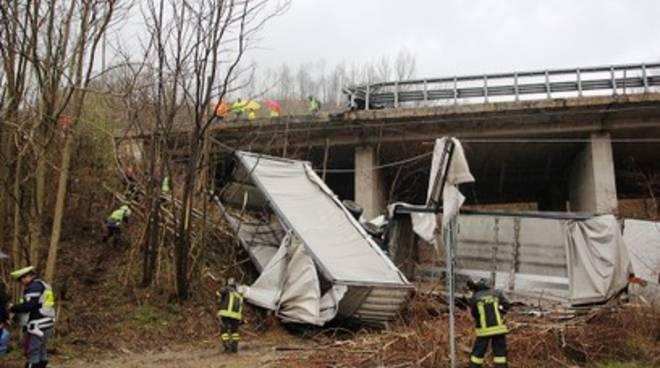 Grosso tir precipita dal viadotto dell'A25