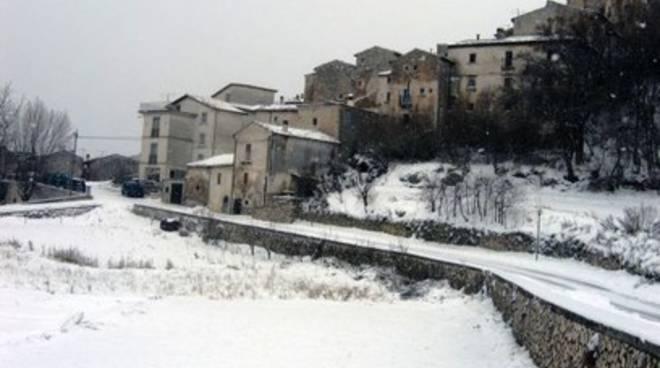 Isolati e senza luce Castel del Monte e Villa Santa Lucia