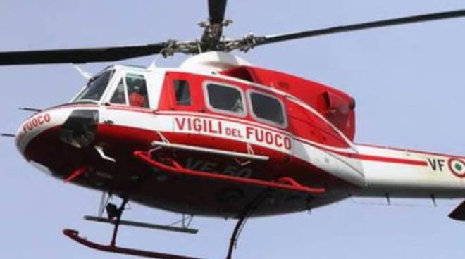 Finestrino elicottero esplode in volo, ferito vigile del fuoco