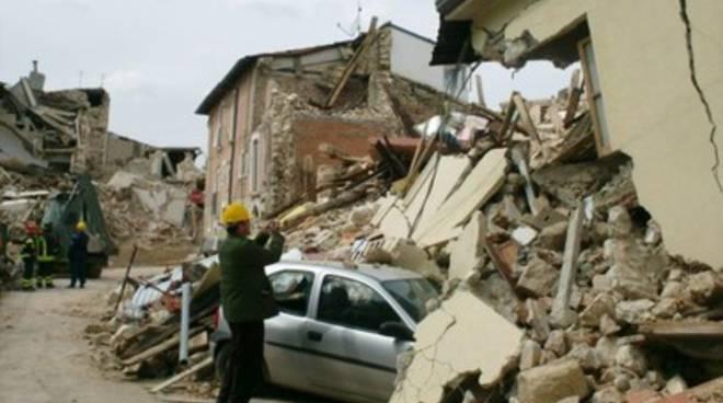 Onna, rintocchi di campane per le 40 vittime del sisma