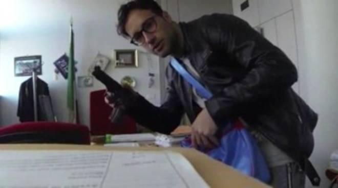 Pescara, irrompe in Tribunale con pistola giocattolo