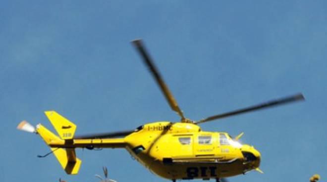 Cede grata, bimbo grave dopo volo di sei metri