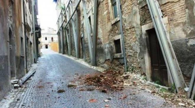 L'Aquila, frammento di cornicione cade in strada