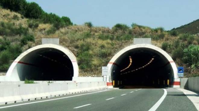Pescara: scontro auto-autocarro, ferita una donna