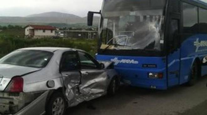 Sp 20 Marruviana, scontro tra 2 auto e un bus