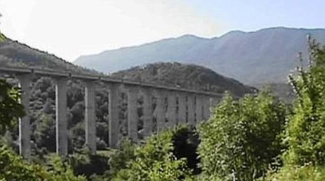 Suicidio sfiorato su viadotto A24, donna salvata grazie a sms