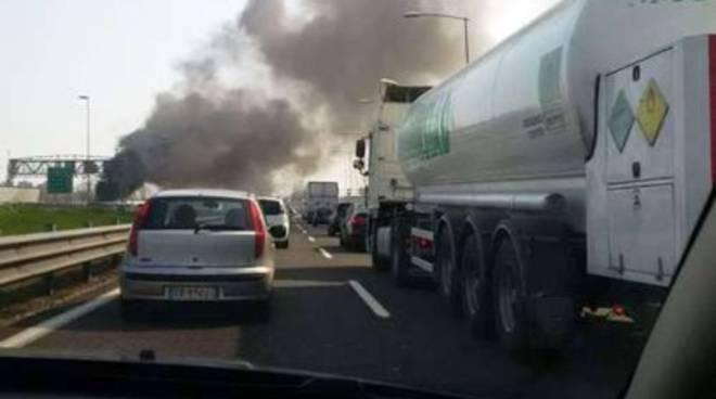 Autotreno a fuoco sull'A14