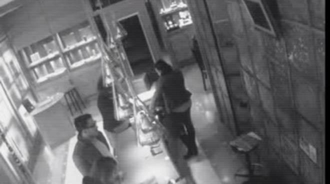 Furto nella gioielleria l'Etoile, denunciata 30enne