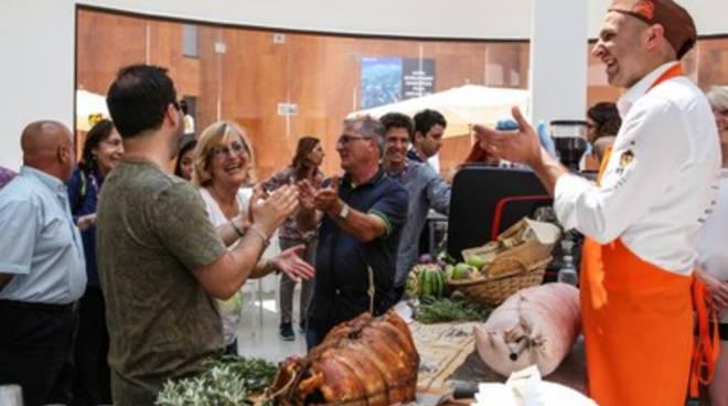 La famiglia Venditti a Milano, a lezione di porchetta