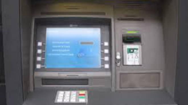 Sradicano il bancomat e scappano con 45 mila euro