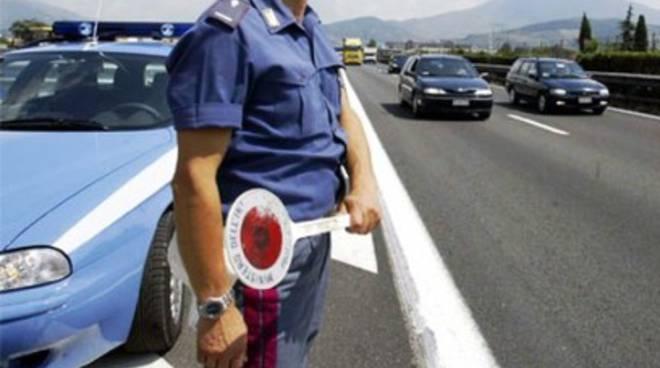 Veicolo abbandonato dopo incidente, indaga la Polizia