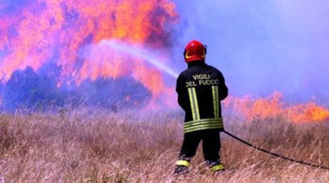 A fuoco rimessa agricola nell'Aquilano