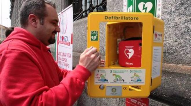 Colto da malore, viene salvato dai defibrillatori in piazza