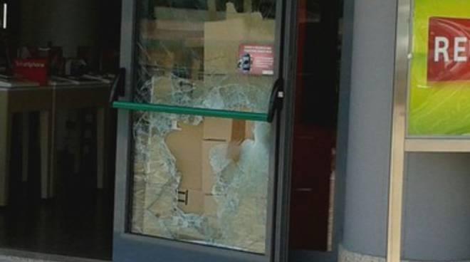 Furto di cellulari, svaligiato negozio a Pettino