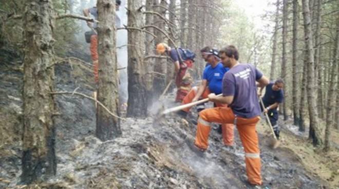 Incendio su Monte Pettino, elicotteri in azione